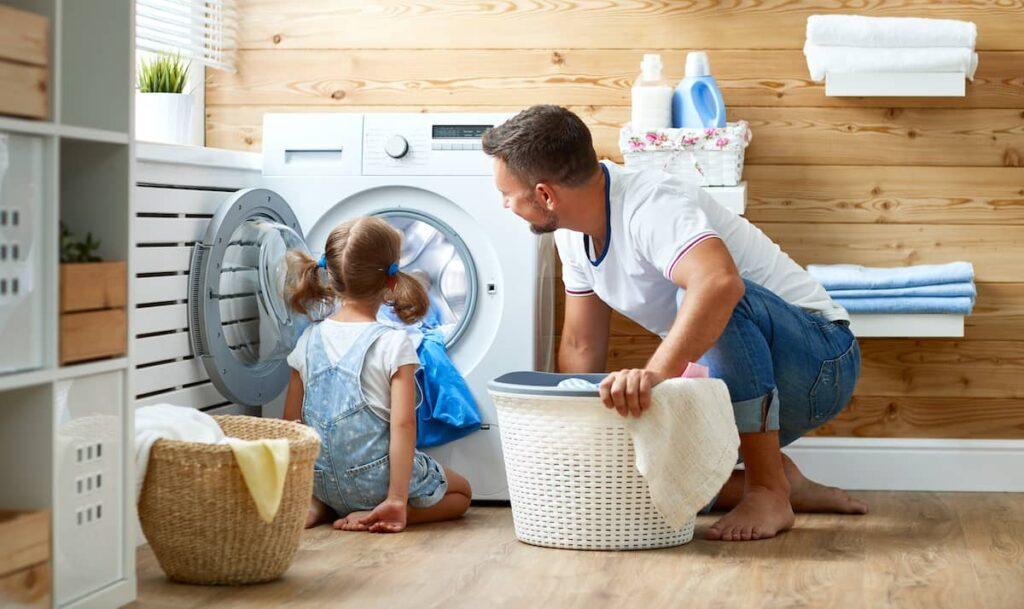 Gezin met wasmachine