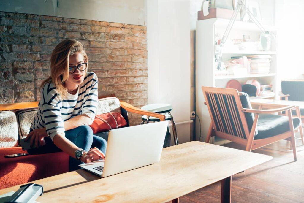 Vrouw met goedkope laptop