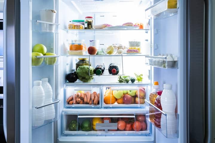 De binnenkant van een goedkope koelkast